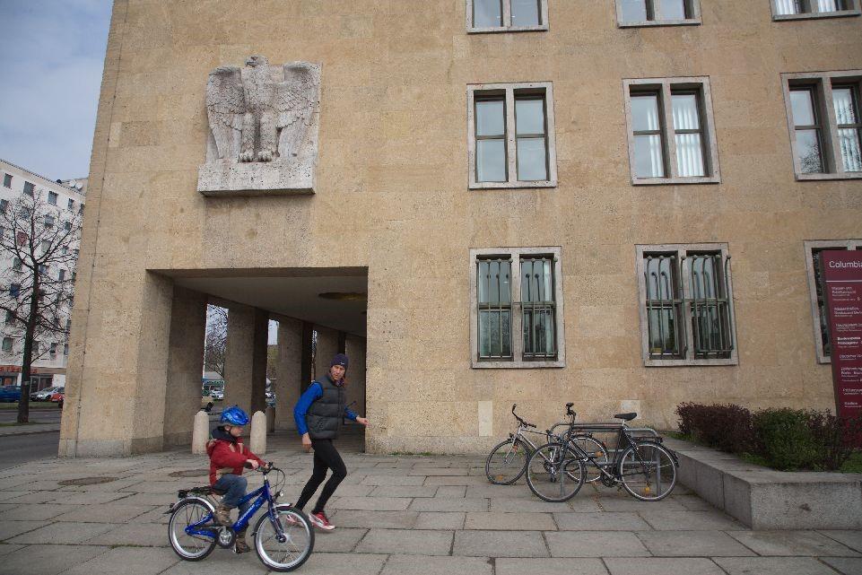 Apa fut, gyermeke biciklizik