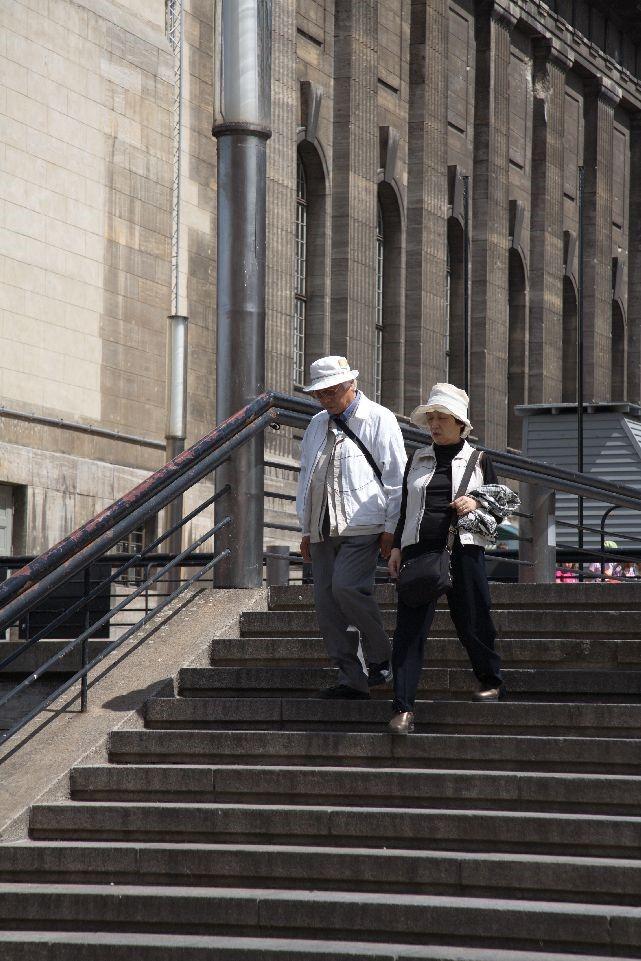Idős házaspár lépcsőzik